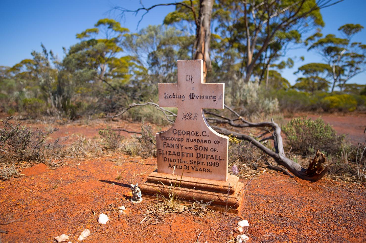 16_kalgoorlie_landscape_tombstone
