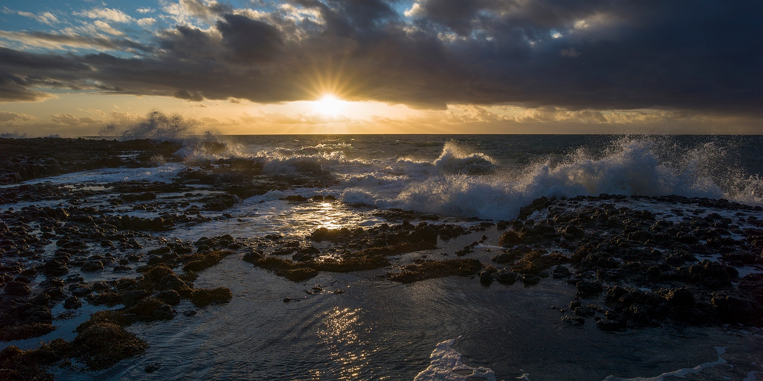 waves_crashing_over_the_ocean_sunset